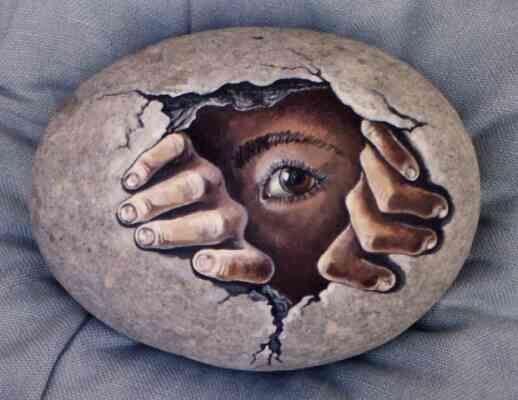 Vẽ tranh trên đá theo yêu cầu